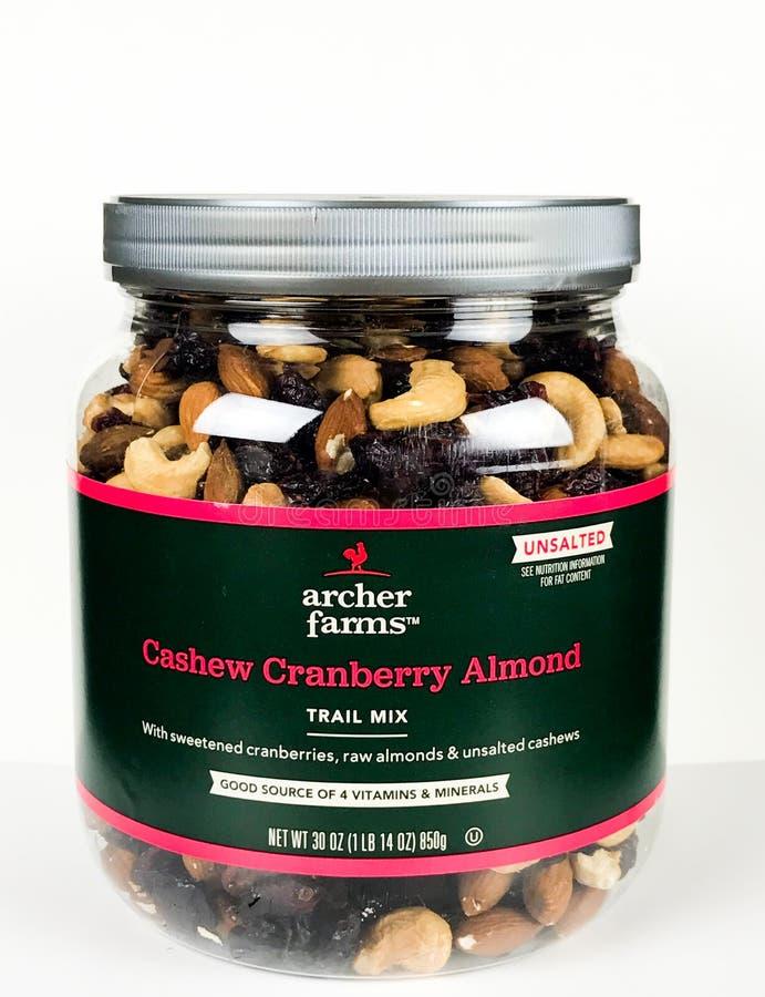 Possa da mistura da fuga da amêndoa de Archer Farms Cashew Cranberry em um contexto branco foto de stock