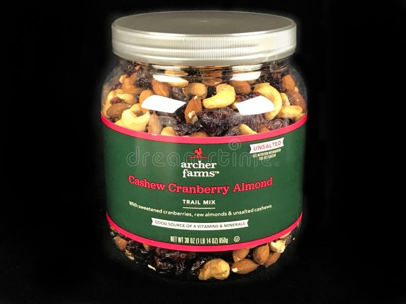 Possa da mistura da fuga da amêndoa de Archer Farms Cashew Cranberry em um contexto preto imagens de stock
