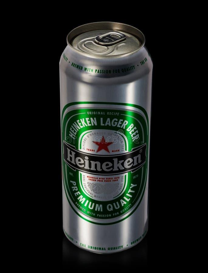 Possa di Heineken Lager Beer su fondo nero fotografie stock