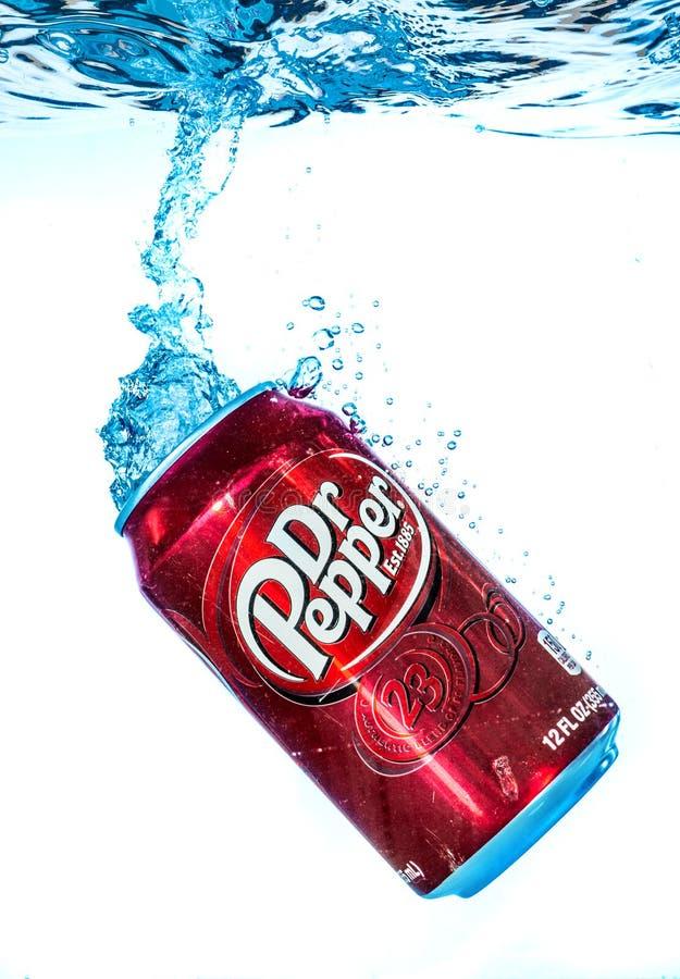 Possa do refresco do Dr. Pepper Cherry Vanilla na água fotos de stock royalty free