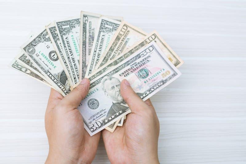 A posse ascendente próxima da mão dos povos conta a propagação do dinheiro do dinheiro Dinheiro da economia foto de stock royalty free