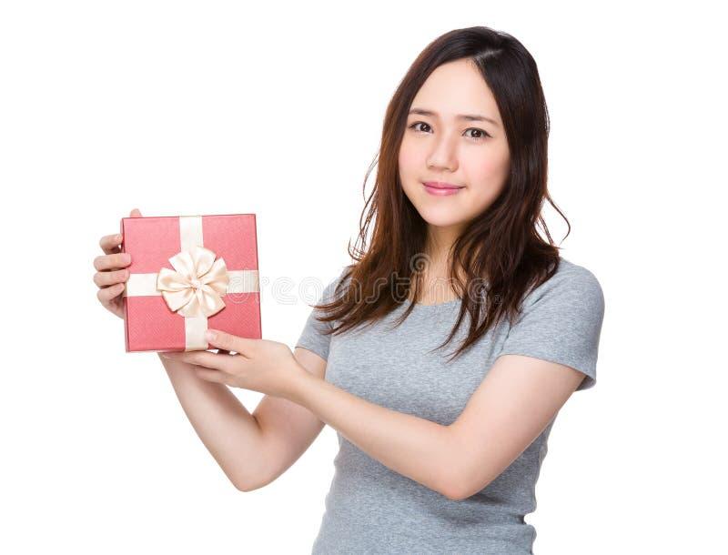 Posse asiática da jovem mulher com caixa atual imagens de stock