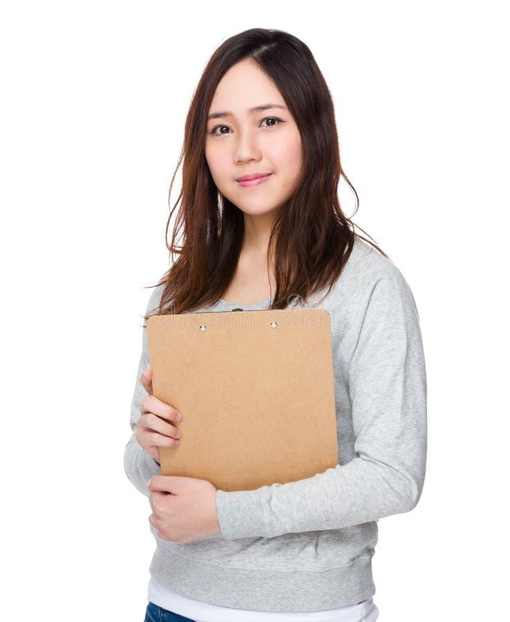 Posse asiática da mulher com prancheta fotos de stock royalty free