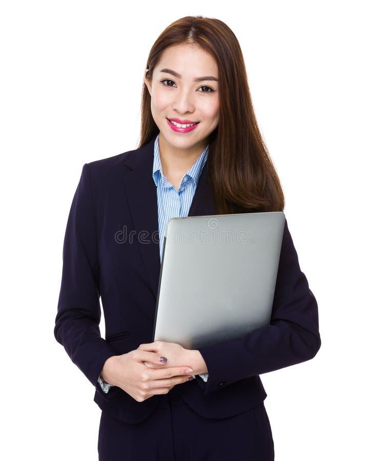 Posse asiática da mulher de negócios com laptop foto de stock royalty free