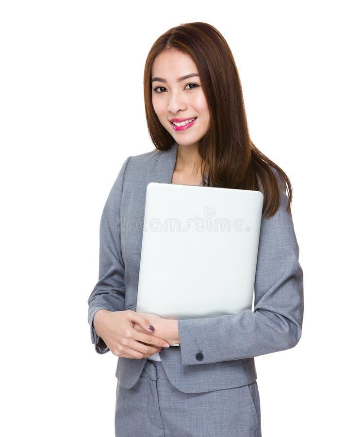 Posse asiática da mulher de negócios com laptop imagem de stock