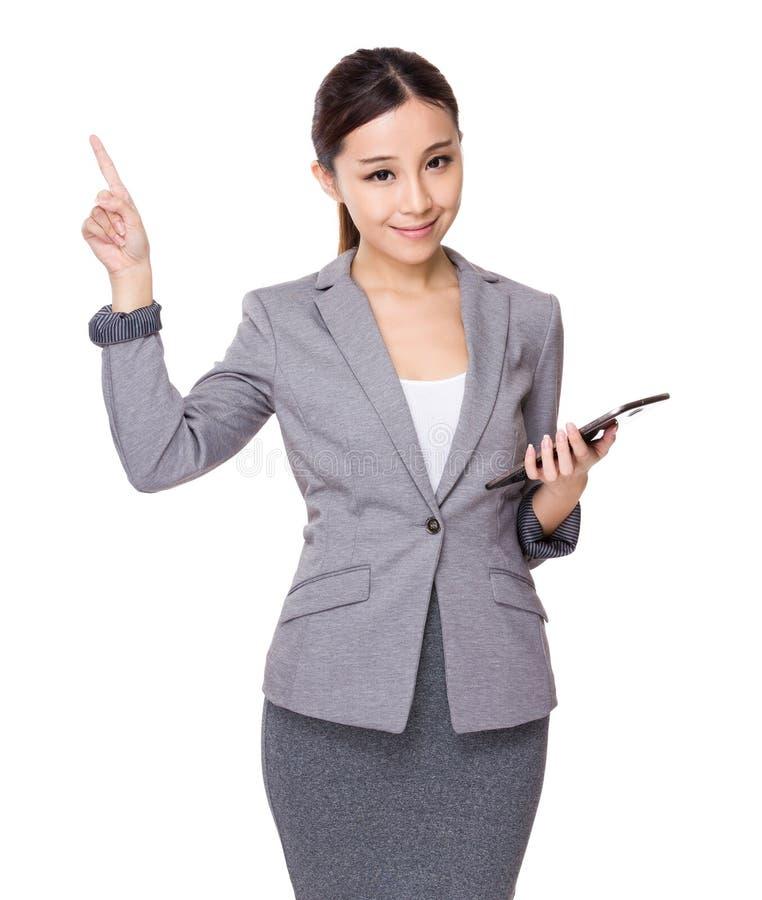 A posse asiática da mulher de negócios com tabuleta e o dedo apontam acima fotografia de stock royalty free