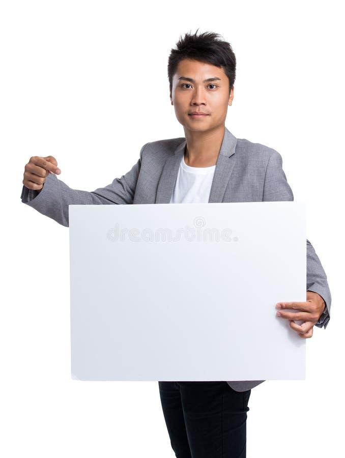 Posse asiática do homem de negócios com cartaz branco foto de stock