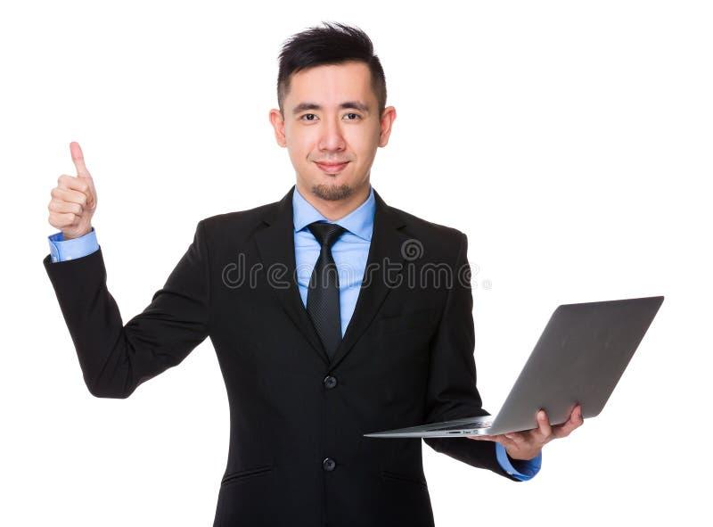 Posse asiática do homem de negócios com laptop e polegar acima do gestu fotos de stock royalty free