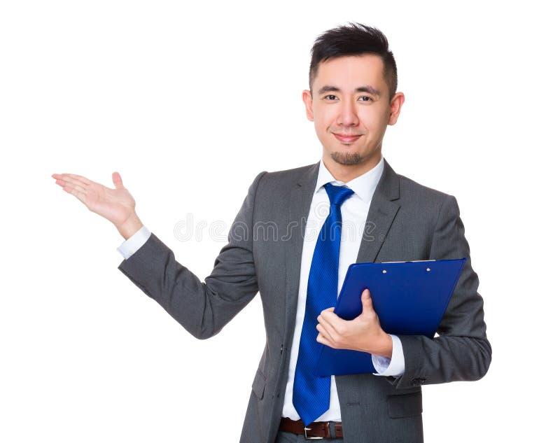 Posse asiática do homem de negócios com prancheta e a palma aberta da mão fotos de stock royalty free