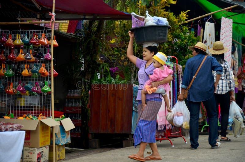 Posse burmese da mãe o bebê e o plástico levando da bacia em seu h fotografia de stock royalty free