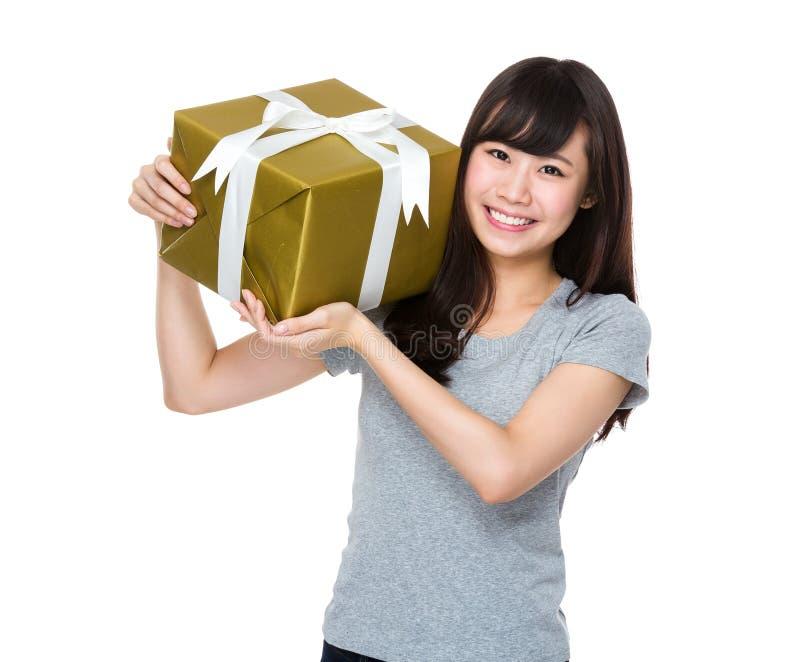 Posse da jovem mulher com caixa de presente fotografia de stock royalty free