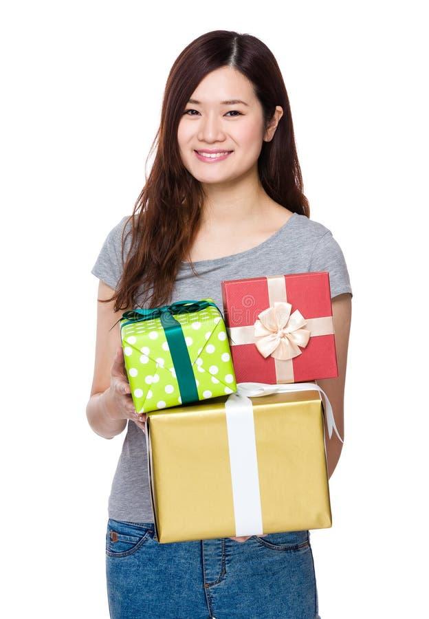 Posse da jovem mulher com giftbox fotos de stock