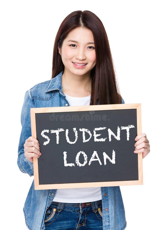 Posse da jovem mulher com o quadro que mostra a frase do empréstimo do estudante foto de stock