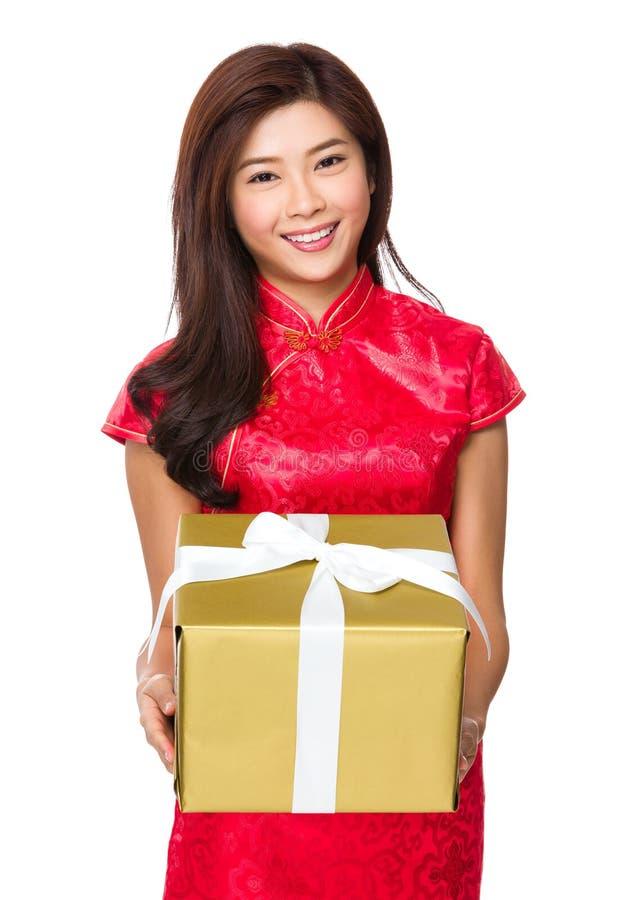 Posse da mulher com caixa de presente grande fotografia de stock royalty free