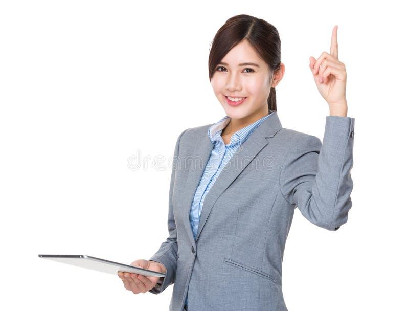 A posse da mulher de negócios com o PC digital da tabuleta e o sinal aprovado gesticulam fotografia de stock