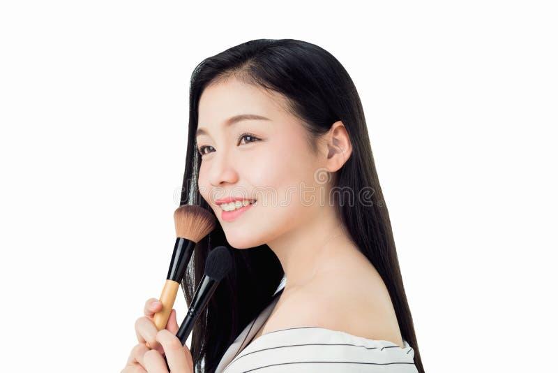 Posse da mulher a escova e o sorriso da cora a beleza e a saúde da pele, porque os produtos dos termas e compõem A pele é lisa e  fotos de stock royalty free