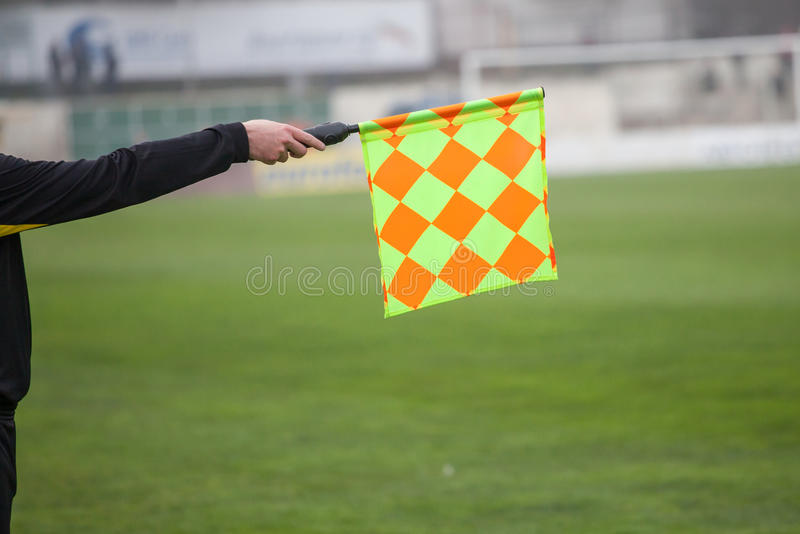 Posse do árbitro do futebol a bandeira Armadilha impedido imagem de stock