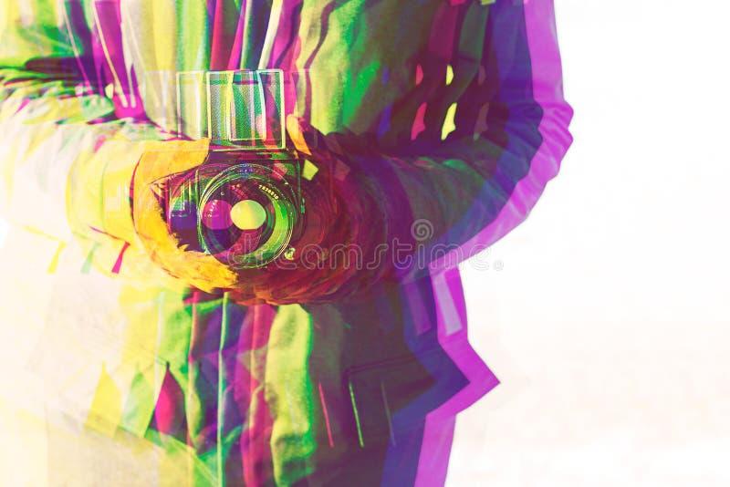 Posse do homem à disposição uma câmera velha do vintage fotografia de stock royalty free