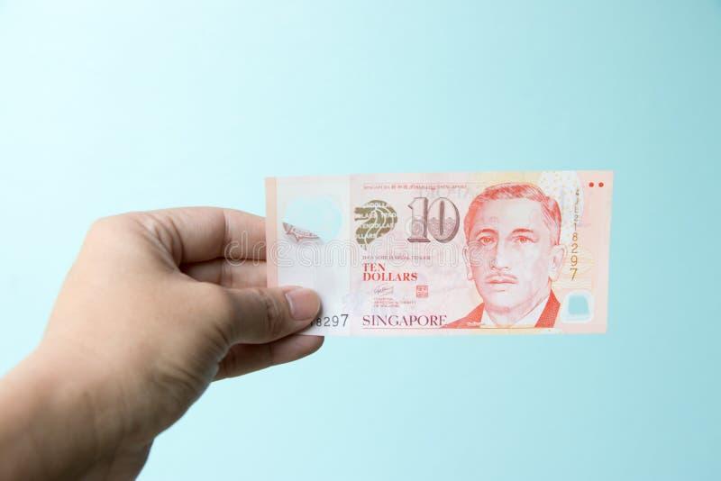 Posse do homem de negócio cédula de 10 dólares de Cingapura fotos de stock royalty free