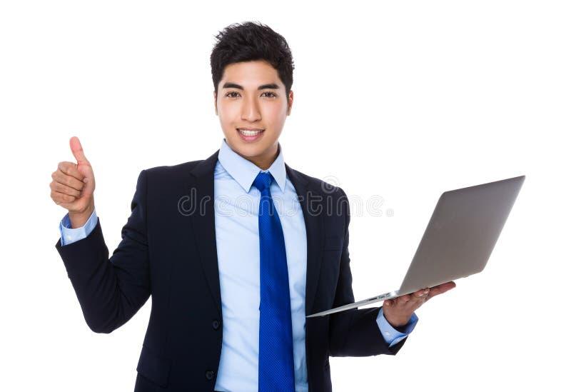 Posse do homem de negócios com laptop e polegar acima imagem de stock