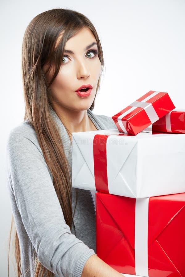 Posse do retrato da jovem mulher muita presente no estilo da cor do Natal imagens de stock