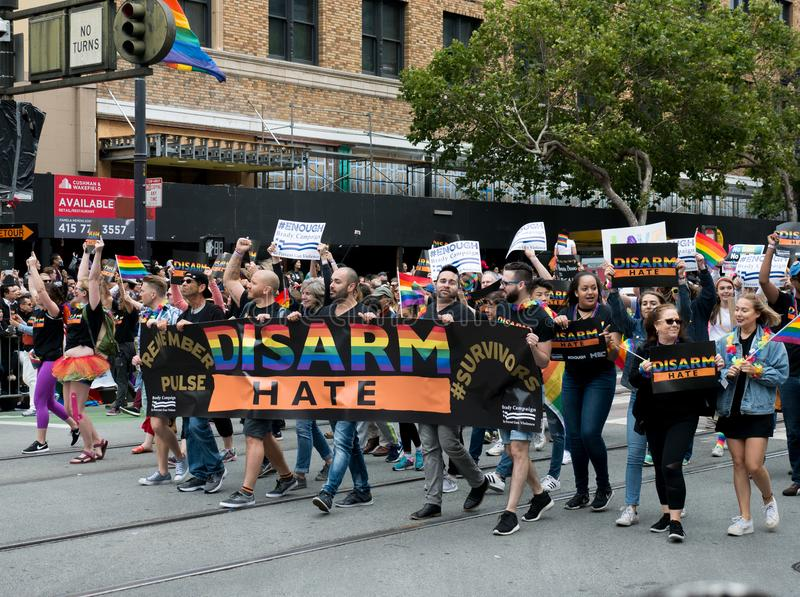 A posse dos manifestantes um ` desarma a bandeira do ` do ódio em San 2017 Francisco Pride Parade foto de stock royalty free