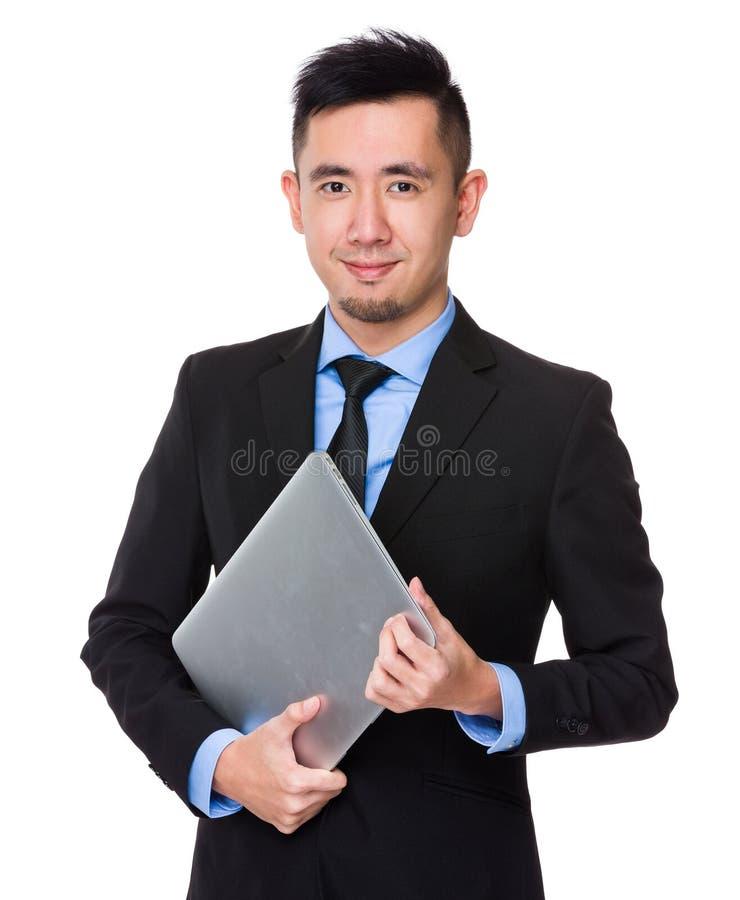 Posse nova asiática do homem de negócios com laptop foto de stock