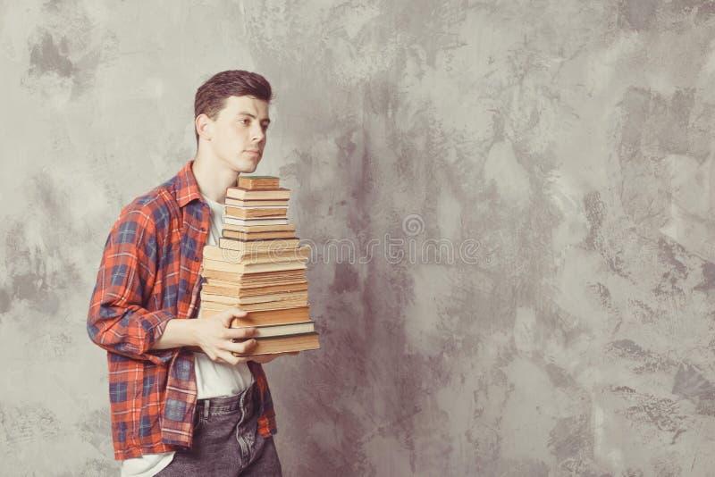 Posse nova do estudante do menino muitos livros O indivíduo quer a aprendizagem, tem a educação Instru??o em linha Estudo na esco imagem de stock