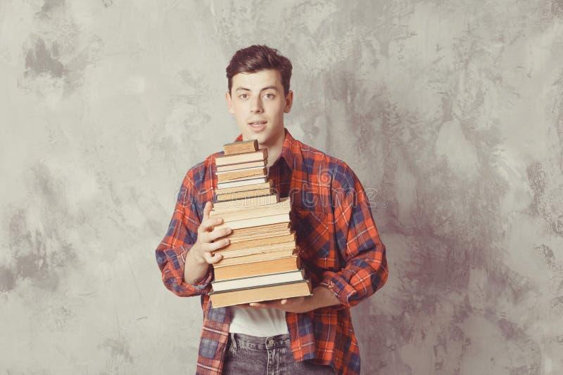 Posse nova do estudante do menino muitos livros O indivíduo quer a aprendizagem, tem a educação Instru??o em linha Estudo na esco fotos de stock
