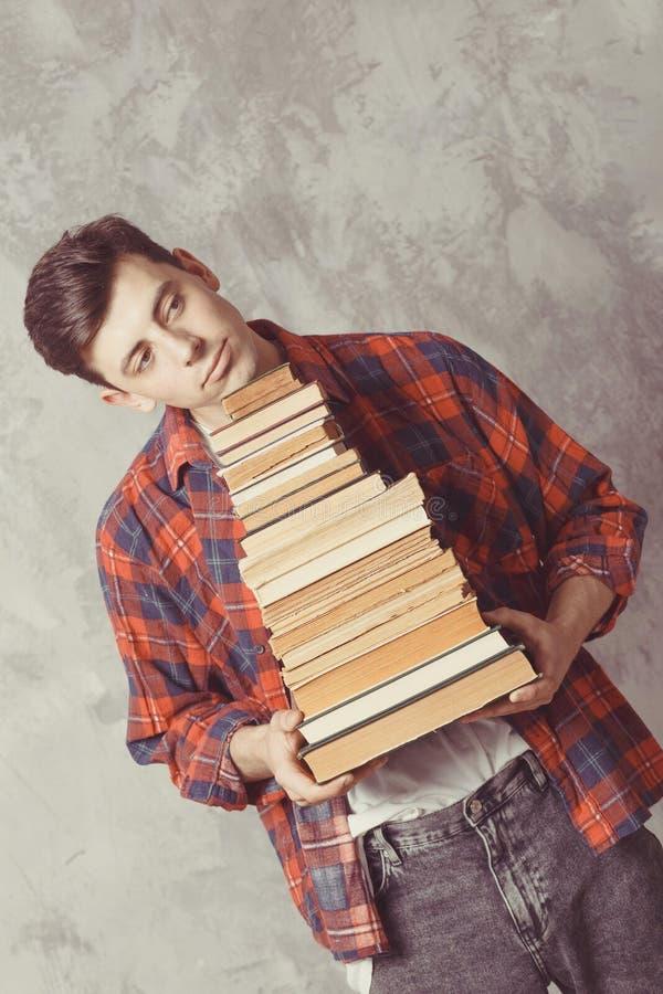 Posse nova do estudante do menino muitos livros O indivíduo quer a aprendizagem, tem a educação Instru??o em linha Estudo na esco fotografia de stock