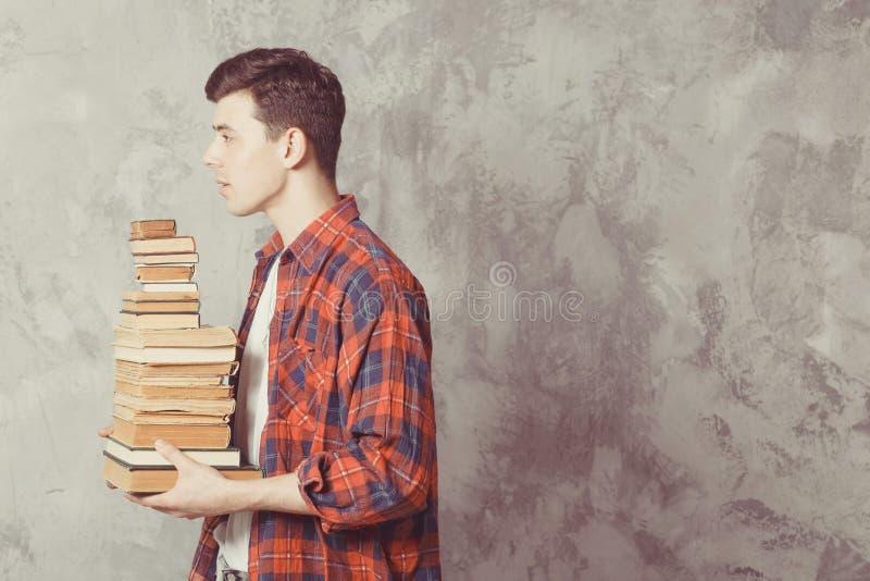 Posse nova do estudante do menino muitos livros O indivíduo quer a aprendizagem, tem a educação Instru??o em linha Estudo na esco foto de stock royalty free