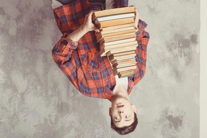 Posse nova do estudante do menino muitos livros O indivíduo quer a aprendizagem, tem a educação Instru??o em linha Estudo na esco imagens de stock royalty free