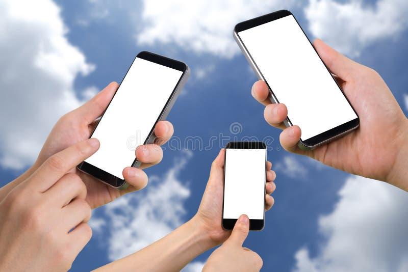 A posse, o toque e a impressão digital da mão de três seres humanos fazem a varredura no smartphone com a tela vazia no fundo do  fotos de stock