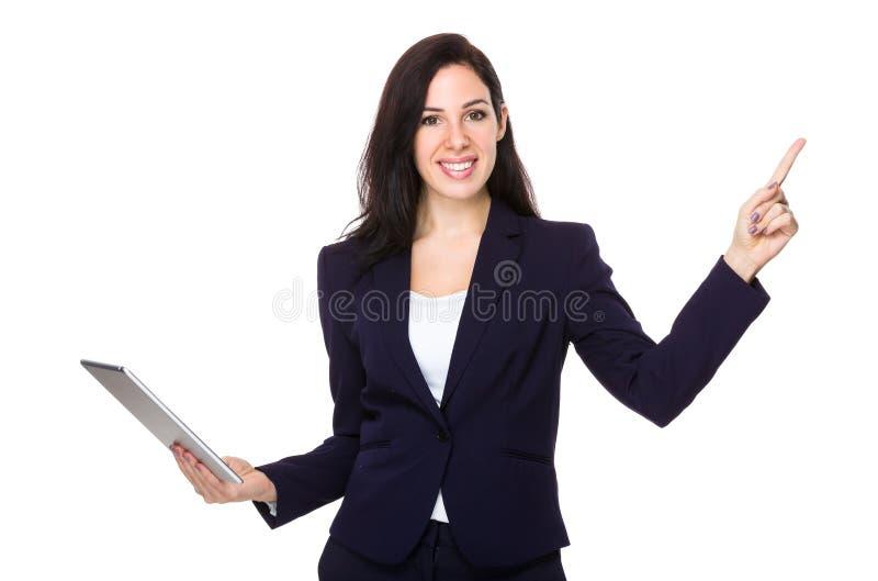 Posse segura da mulher de negócios com a tabuleta e o dedo que apontam acima imagens de stock royalty free