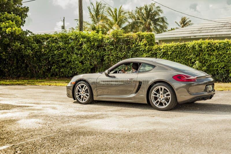 Download Possibilité éloignée D'un Jeune Homme Conduisant Porsche Cayman Scène Urbaine Image éditorial - Image du piloter, luxe: 77162590