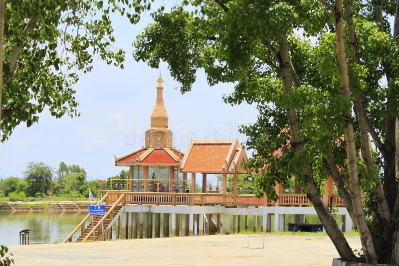 Possibilité éloignée du temple principal avec des étapes menant au lac encadré par des arbres Buang Sam Phan, Phetchabun, Thaïlan photographie stock