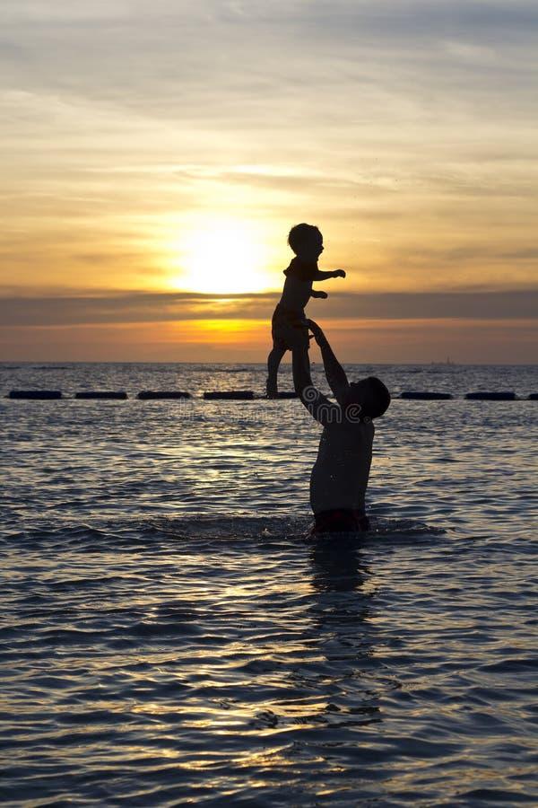 Download Posso Camminare Su Questa Corda Di Galleggiamento Guardi! :) Fotografia Stock - Immagine di divertimento, oceano: 55359274