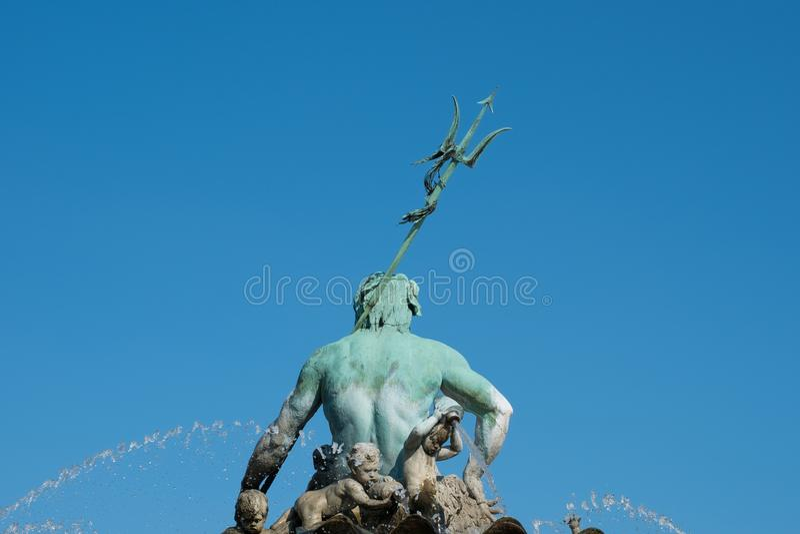 Postérieur de la statue/de fontaine masculines Neptunbrunnen i de Neptune images libres de droits