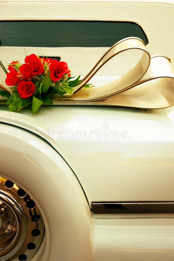 Postérieur de limousine fleuri avec des fleurs Rétro plan rapproché de voiture de mariage blanc jaune modifié la tonalité image libre de droits