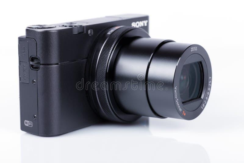 Postępowa ścisła kamera Sony DSC-RX100 M5 odizolowywający na bielu zdjęcia stock