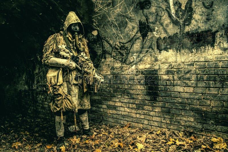 Post apocalyptisch schepsel in gasmasker bewapend kanon stock afbeelding