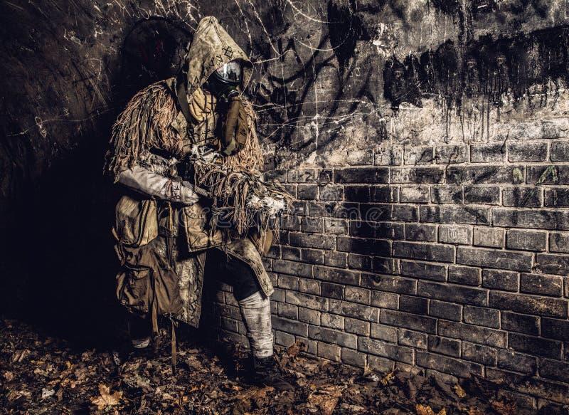 Post apocalyptisch schepsel in gasmasker bewapend kanon stock afbeeldingen