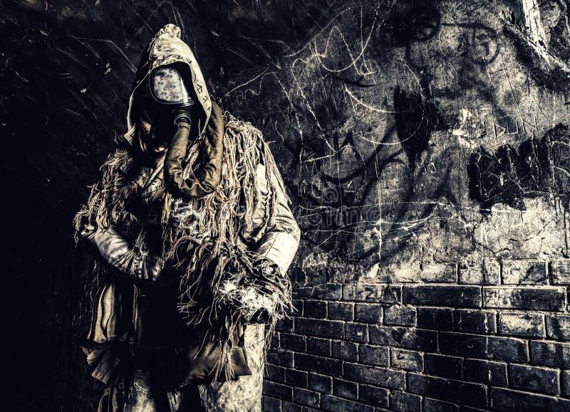 Post apocalyptisch schepsel in gasmasker bewapend kanon royalty-vrije stock foto