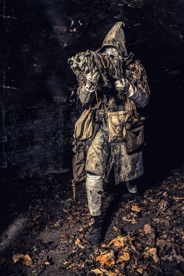 Post apocalyptisch schepsel in gasmasker bewapend kanon royalty-vrije stock afbeeldingen