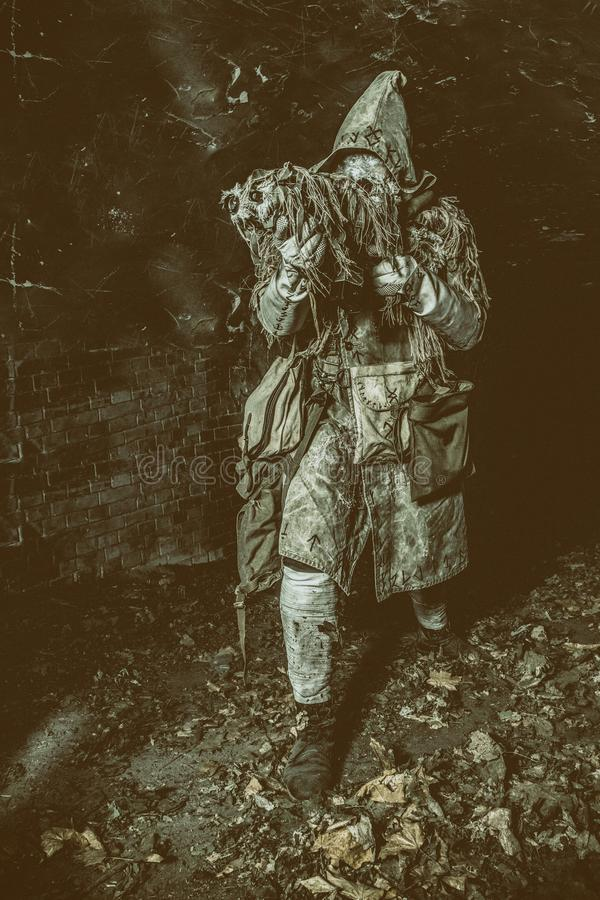 Post apocalyptisch schepsel in gasmasker bewapend kanon stock fotografie