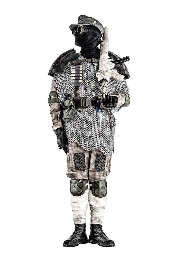 Post apocalyptische strijder met met de hand gemaakt vuurwapen stock fotografie