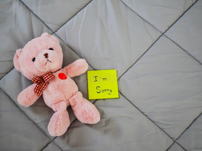 Post-it avec la poupée de nounours image stock