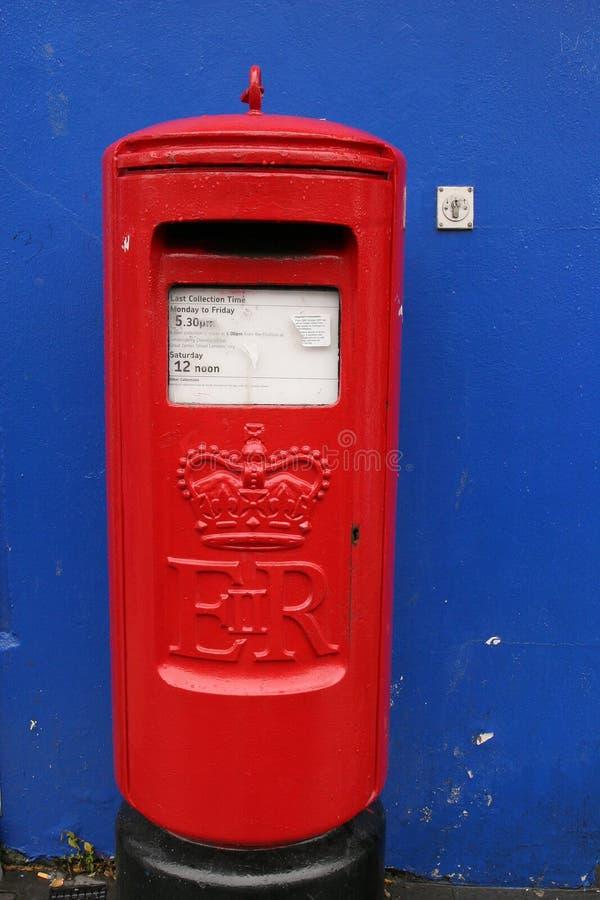 Post-box de cru dans Derry photographie stock libre de droits