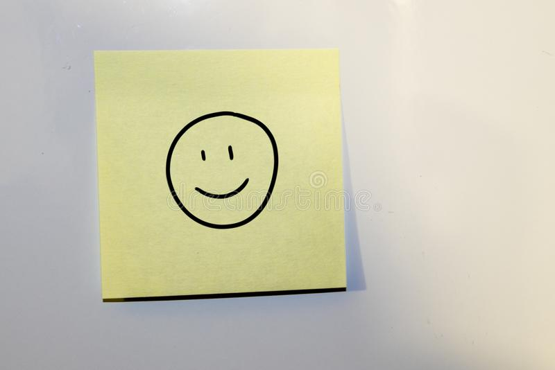 Post-it con un fronte felice disegnato immagine stock
