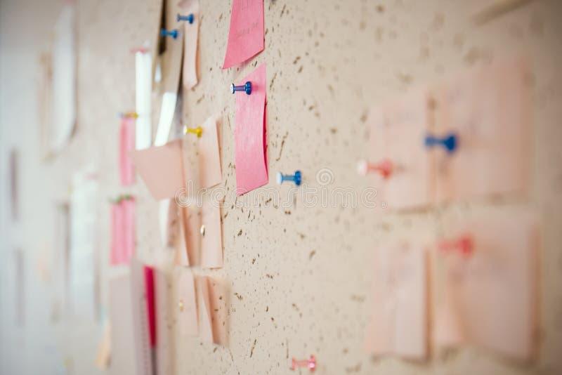 Post-it de conseil d'échange d'idées images stock